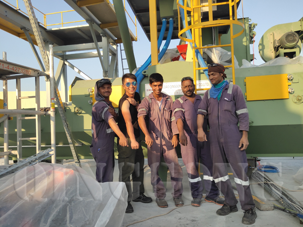 employees installed paver block Wybuchowa maszyna in Dubai